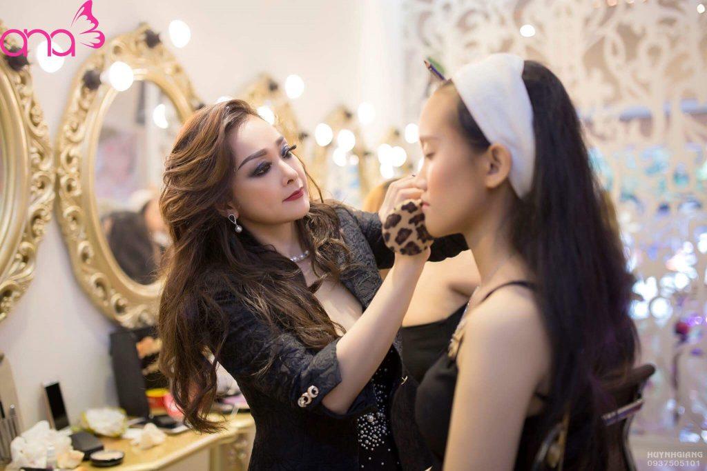 dạy trang điểm tại Ana Beauty Academy