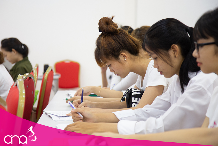 Tại trường dạy massage, học viên được chỉ dạy nhiều hơn về nghề