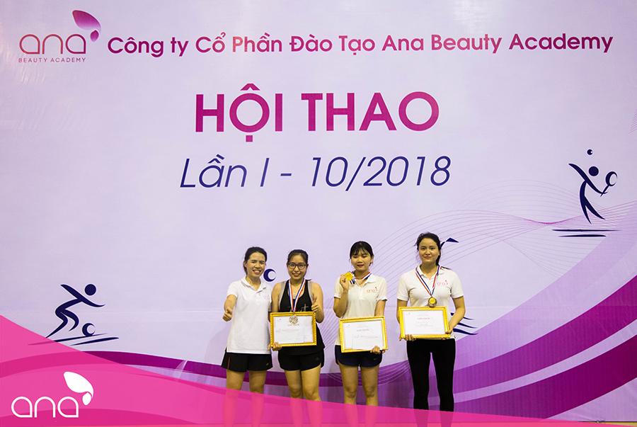 CEO Lê Thuỵ Thanh Thuỷ trao giải cho các vận động viên