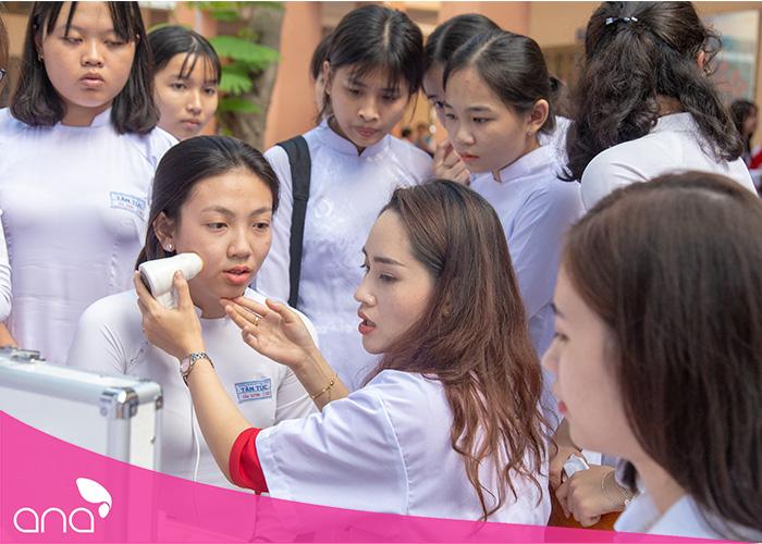 Soi da và tư vấn chăm sóc da miễn phí cho các bạn học sinh tại gian hàng trường thẩm mỹ ANA