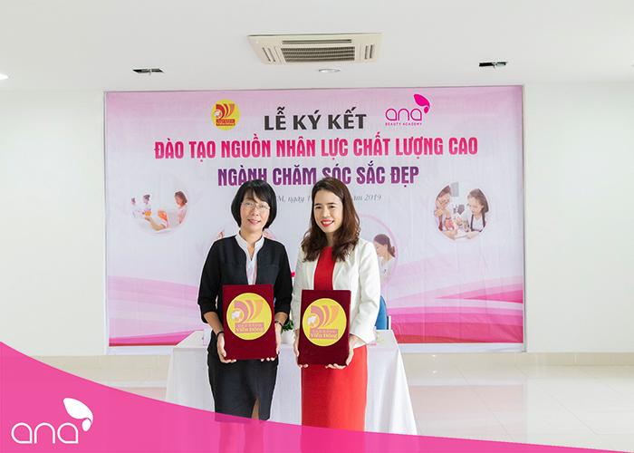 Từ phải qua: bà Lê Thụy Thanh Thủy - Giám đốc trường thẩm mỹ ANA và bà   Nguyễn Thị Lệ Thu – Phó hiệu trưởng Trường Cao đẳng Viễn Đông tại buổi lễ ký kết.