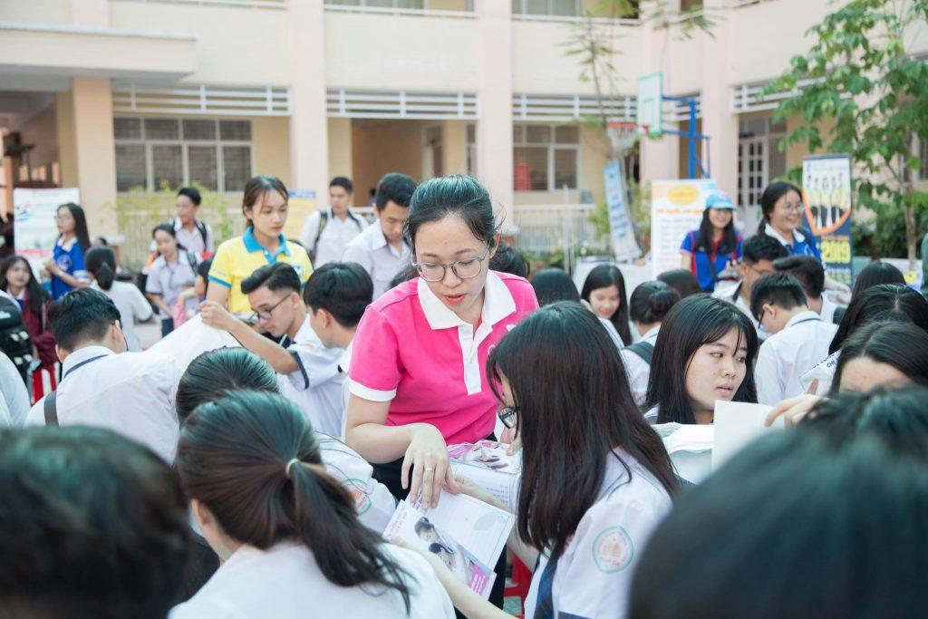 Học sinh được tư vấn tuyển sinh học nghề spa tại trường